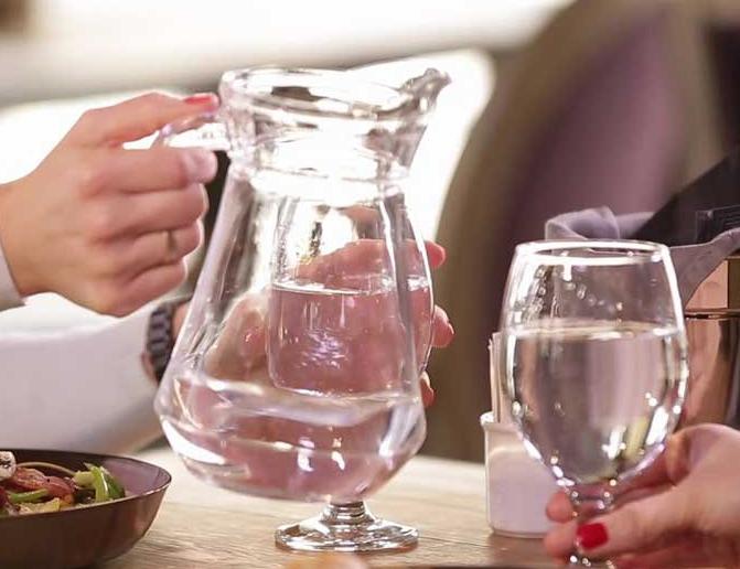 Названы польза и вред употребления воды во время еды