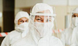 В Смоленске медики организовали доставку лекарств пациентам с тяжёлыми заболеваниями