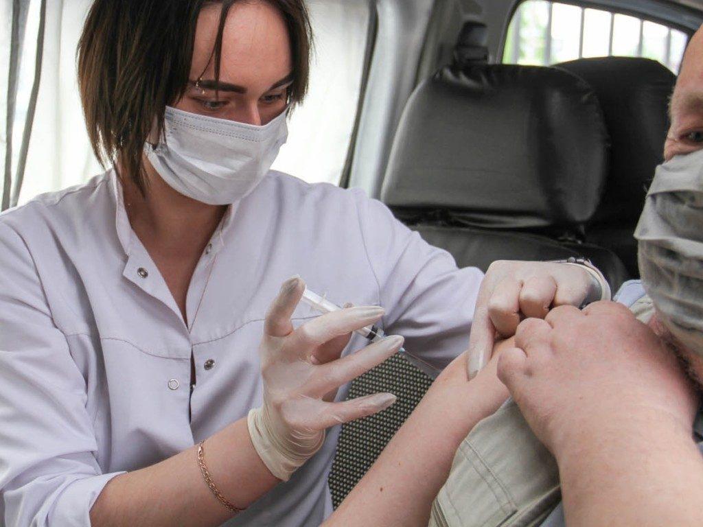 В Смоленской области более 2 100 человек за сутки привились от коронавируса